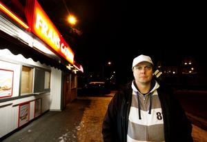 """Esbjörn """"Putte"""" Lindberg visar upp det nya Frans gatukök som kommer att vara öppet dygnet runt."""