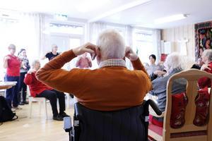 På Åsgården i Järbo håller dagliga gymnastikövningar de äldre i form.