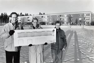 22 december 1990. HSB-lägenheter byggs om: nu drar ombyggnaden av Bjurhovda igång. Först ut på plan är föreningen Riten med tre av dess förväntansfulla styrelsemedlemmar, fr v Bengt-Arne Mårtensson, Monika Stoor och Marie Carlson.