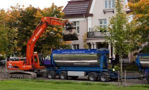 Täckta lastbilar håller på att köra bort 400 ton av massorna som är förorenade med cyanid, arsenik och PAH till Sakab i Älandsbro.