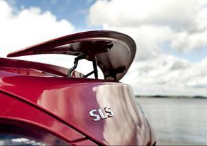 Vid farter högre än 120 km/tim åker spoilern upp på bakluckan för att förhindra att bilen blir luftburen. Den gör alltså så att krafterna strävar nedåt, i backen, i stället för uppåt.Foto: Pontus Lundahl/Scanpix