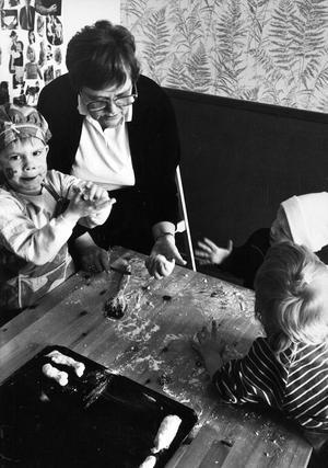 Tommie och Emma på Hammarby daghem gillar att baka korvbröd. Att de samtidigt lär sig samarbete och ta ansvar är de till skillnad från Else-Maj Birkelöf inte medvetna om.