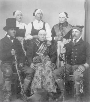 En grupp kvinnor och män från Linsell klädda  i äldre dräkter. Bilden är tagen vid 1900-talets början. I boken tillägnas huvudbonaden ett eget kapitel, kvinnor dolde noggrannt sitt hår.Foto: S Bergström