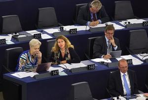Jag vill inte se ett Sverige som är ännu mer isolerat från de viktiga besluten som fattas på EU-nivå, skriver Cecilia Wikström (L), (mitten av bilden).