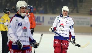 Lagkaptenen Olov Englund, till höger i bild, bad om ursäkt till Abbe Bodin efter 4–11-förlusten i Lidköping.