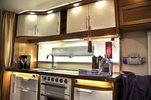 Nu ska husvagnskök se ut som vanliga kök, menar Kabe. Vita skåpsluckor och lådor finns som tillval.