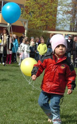 Ballonger delades ut till barn i publiken.