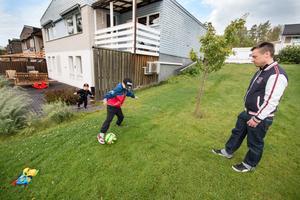 Mikael Mattsson med sina två söner Elliot, 9, och Algot, 3. Förra veckan såg de vildsvin mitt på dagen i trädgården och nu vågar inte barnen gå ut själva:
