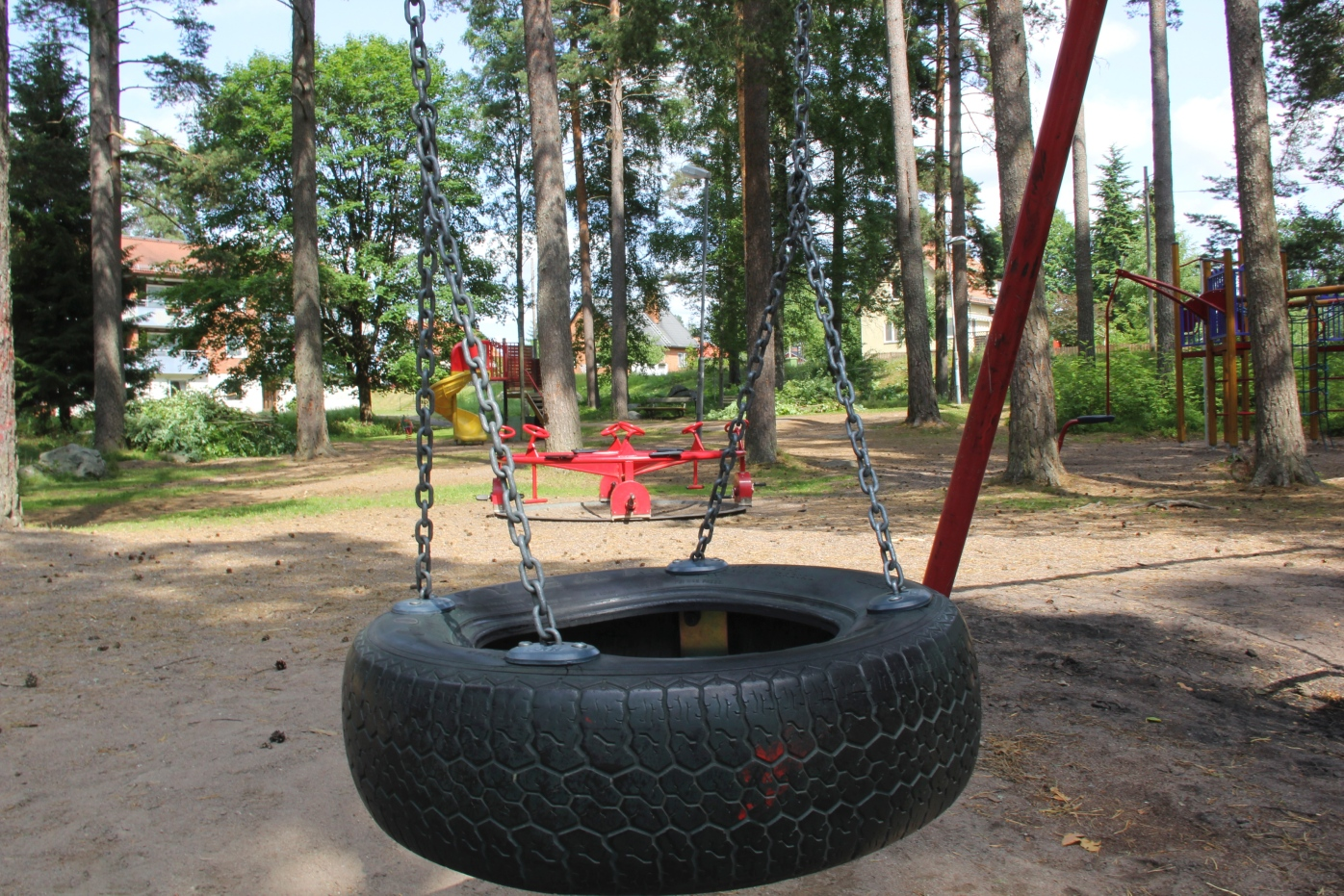 Tva fast for rattfylla pa lekplats