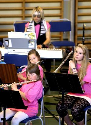 Musikaliska. Orkestern bestod av elever från årskurserna 3-5 med förstärkning från årskurs 9.