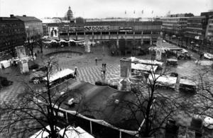 1990. När Domushuset invigdes i oktober 1973 hade en fjärdedel av torget, 25 meter, försvunnit under köpladans tyngd. Bygget väckte heta känslor hos Gävleborna.