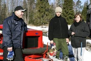 DRABBADE. Grannarna Ronny Källgren, Sandra Vildelöt och Lars Källgren studerade förödelsen efter att deras tomter översvämmats av smältvatten.