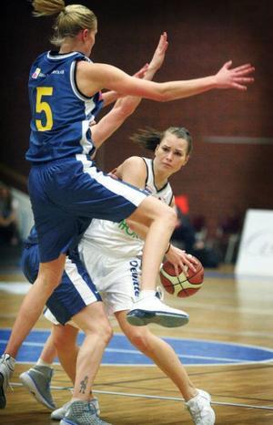 Jämtlands Stina Nilsson försöker hitta en väg runt Solnas Elisabeth Egnell.  Foto: Denny Calvo