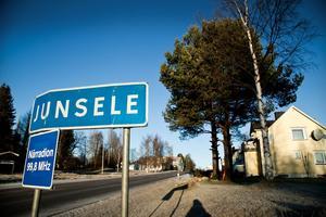 Junsele IF finns registrerat för spel i division 3 nästa säsong hos Svenska Fotbollsförbundet. Det är en grupp fotbollsentusiaster som vägrar ge upp utan kämpar för att fotbollen ska leva vidare i samhället.