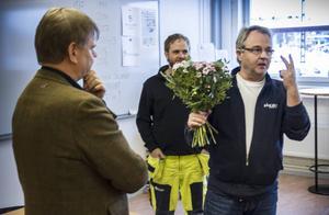 Sven-Erik Lindestam, Socialdemokraterna, lämnade över blommor och fick en uppmaning i retur av Bo Englin, Långbo Kraft och Datanät.