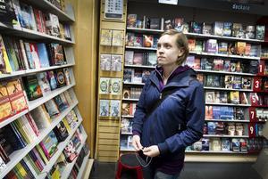 Linnea Hillgren förstår att bokhandeln pressas av nätbolagen. I går letade hon efter läsning till en tågresa på Bokia i Nian.