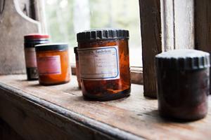 I ladugården står de gamla medicinburkarna kvar på rad.