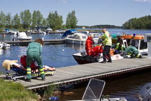 kunde inte räddas. Räddningstjänsten var på plats vid olyckan cirka tio minuter efter larmet och kunde plocka upp den medvetslösa 48-åriga pappan ur vattnet i Storsjön och förde honom till båthamnen i Trebo där ambulans väntade. 48-åringen förklarades senare död på sjukhuset.