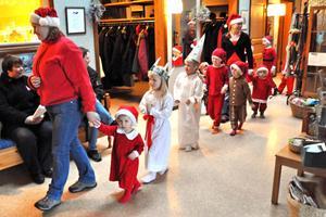 Luciatåget på väg in för att lussa för deltagarna i Väntjänstens julfest i Coriandergården.