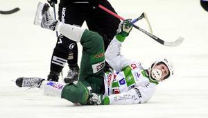 Det gör ont! Här faller Jonas Nilsson i tisdagens match mot Sandviken. Då såg det sämre ut för hans spelbarhet i nästa kvartsfinal - nu ser det bra ut igen. FOTO: PER G NORÉN