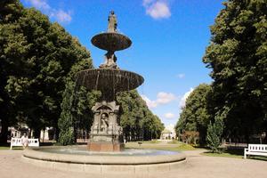 En av de två stora fontänerna i Esplanaden - skänkta till Gävle av grosshandlaren Anders Magnus Hedberg. Den ovan pryds av drottning Kristina, Karl XI:s änka, som gjorde många insatser för Gävle på 1600-talet.