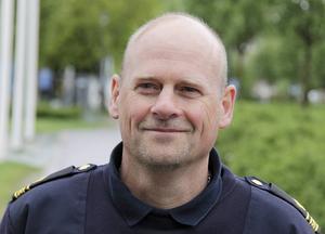 Patrik Sundlöf vid polisen i Timrå tycker inte att man ska dra för stora växlar på minskningen av antalet anmälningar från ett år till ett annat.