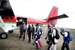På väg in i propellerplanet.