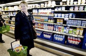 Anna-Lena Carlberg Blix tycker inte att det räcker om det finns några varor från det lilla lokala mejeriet som komplement till ett fullt sortiment från det stora mejeriföretaget. Poängen är att mjölken i affären är lokalproducerad rakt igenom, inte bara att det finns som ett möjligt alternativ, menar hon.