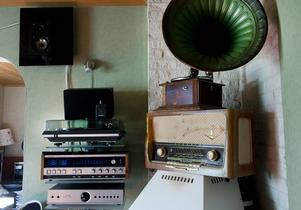 Ljudanläggningar från många årtionden samlas på hyllorna hos Mikael Svensson.