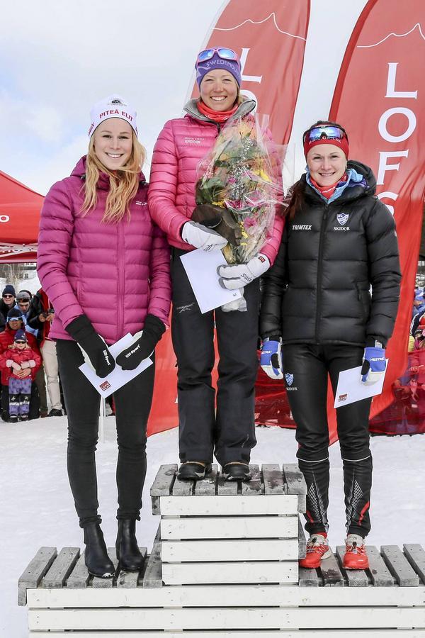 Damernas prisutdelning, Laila Kveli flankerad av Jennie Öberg till vänster och Helene Söderlund, trea, till höger.