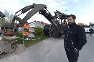 Daniel Nylén är stadsnätchef i Mora där det nu plöjs ner fiber för fullt..