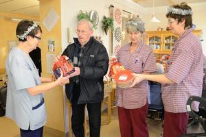 Gåva. Lars-Erik Book i PRO överlämnar lussefika till Ann-Christine Widman, Helka Pettersson och Angelika Schartmann, personal på äldreboendet Gillersgården.