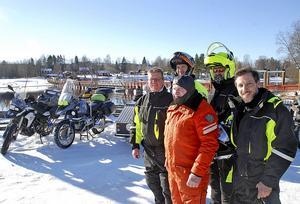 Fem mc-entusiaster framför 400 hästkrafter vid flottbron i Gagnef.