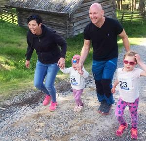 Det mesta av den fysiska träningen har Thomas Hedlund fått med familjen de senaste åren, här i Idre med fru Åsa och döttrarna Milla, två år, och Moa, sex år.