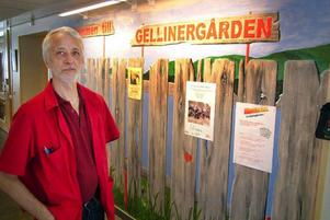 """""""Jag målar inte en gång till"""", säger Bertil Norbeck, som utfört dekorationsmålningen i Nya Gellinergårdens/Arnljotsgårdens entré. Foto: Ingvar Ericsson"""