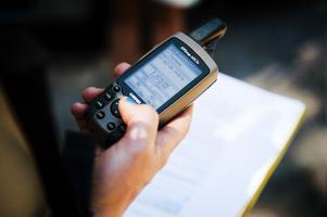 I stället för karta använder man en GPS-mottagare. På den läser man av de koordinater som skatten ligger på.