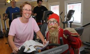 Christine Gunnarsson cyklar ett pass. Tränar tillsammans med maken. Barnen stannar hemma. De brukar träna på julafton, tidigare år har de firat jul i Idre fjäll, och där brukar de vara med på julsimningen i Simhallen på julafton.