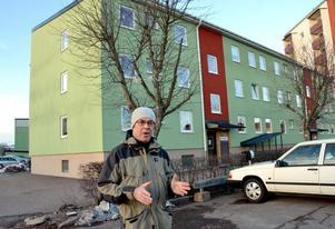 Dan Eriksson bor på sjätte våningen i höghuset längst bak till höger i bild. Därifrån har man god utsikt över trevåningshusets tak och parkeringen framför.