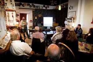 Hans Esselöv berättade hur geocaching startade och hur den utvecklats. Ett 15-tal personer lyssnade och ställde frågor.