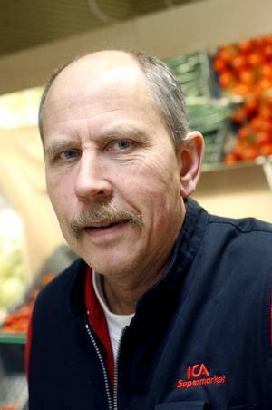 Rune Johansson är butikschef på Järbo Handel. Han vet att den busservice som finns uppskattas av de gamla.