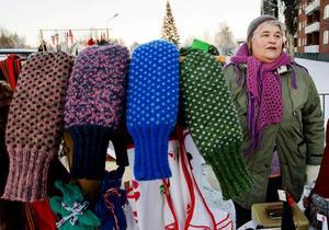 Monica Landberg från Gussjön älskar att sticka och har bland annat skickat efter ett stickmönster på vattenburarvantar från ett museum i Vasa, Finland.– Vanten kom till Sverige med karelerna och ska stickas av helyllegarn på ett speciellt sätt, berättar hon.