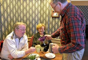 Bjuder runt. Vid ett annat bord sitter makarna Bengt och Maj-Britt Boström och får påtåren serverad av Per Mill. Alla är de stamgäster som ingår i gruppgemenskapen.
