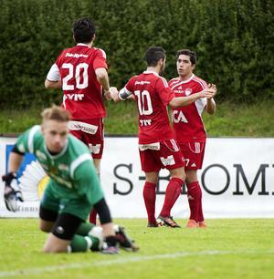 Karim Rebai (till höger) gratuleras av Ahmet Abic och Amor Layouni efter sitt 2–0-mål.