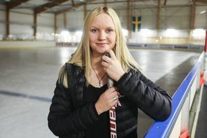 Karin Åström, lagkapten i Svegs IK, har debuterat i Riksserien. Karin har skrivit på för Sundsvall Wildcats men lånas ut till Sveg så att hon kan fullfölja säsongen i division ett.