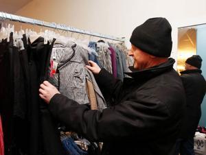 """Bland all kvinnliga kunder stod Dan Fetahaj och såg vilsen ut. """"Jag söker något till min fru"""", sa han."""
