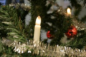Julgransbelysningen blir dyrare om en vecka när energiskatten höjs. Samtidigt kan den som vill byta till förnybar el teckna bra avtal och därmed sänka sitt elpris nu när vädret är milt. Juldagens spotpris ligger under 20 öre per kWh.