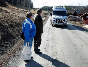 Varje torsdag står Arne Enberg och Margareta Andersson och väntar troget på bussen.
