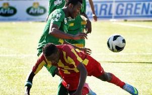 Dakurds Michael Junior Omoh stoppar effektivt syrianskas Chika Francis Ezeh. Michael gjorde även Dalkurds 1–0-mål. Foto: Staffan Björklund