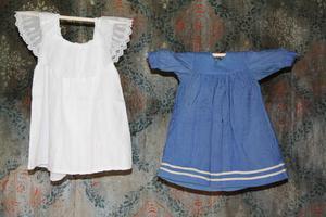 Två riktigt gamla klänningar.