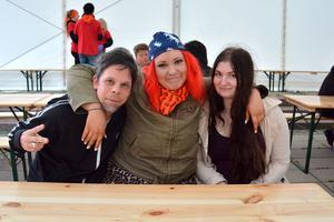 Fredrik Hillerbrand, Natali Norenius och Sanna Norenius kom för att roa sig denna fredagkväll. De hoppas alla på att få höra Nordmans låt Vandraren.